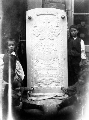 Retrat dels fills de Sadurní Brunet al costat de la làpida Serra Legares: Maria, Sadurní, Mercè i Carme, 1923 (ACGAX. Fons Sadurní Brunet Pi. Autor: Sadurní Brunet)
