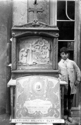 Retrat de Joan Brunet al costat de dues làpides, c. 1920 (ACGAX. Fons Sadurní Brunet Pi. Autor: Sadurní Brunet)