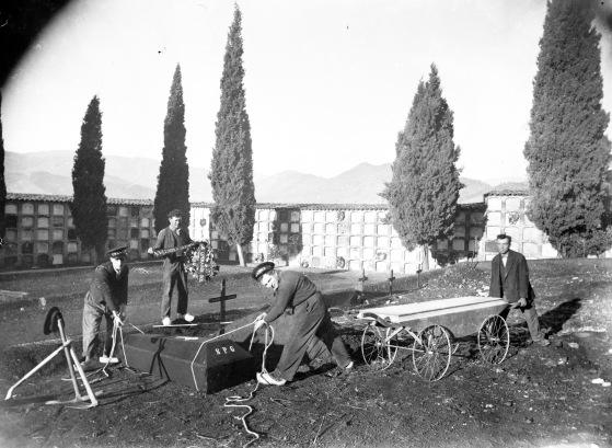 Treballadors del Cementiri d'Olot, entre els anys 1925 i 1938 (ACGAX. Fons Sadurní Brunet Pi. Autor: Sadurní Brunet)