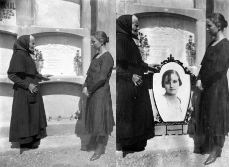 Imatge retocada de dues dones davant d'un nínxol, 1935 (ACGAX. Fons Sadurní Brunet Pi. Autor: Sadurní Brunet)
