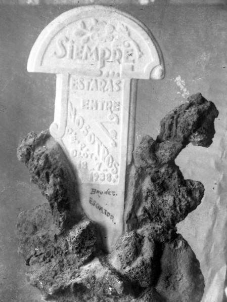 Làpida de mostra amb pedra volcànica, 1938 (ACGAX. Fons Sadurní Brunet Pi. Autor: Sadurní Brunet)