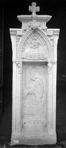 Làpida de la família Tenas en procés d'elaboració, 1929 (ACGAX. Fons Sadurní Brunet Pi. Autor: Sadurní Brunet)