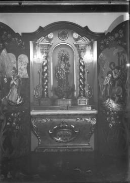 Vista frontal de l'altar per a la casa Aubert, a Olot, 1951 (ACGAX. Fons Sadurní Brunet Pi. Autor: Sadurní Brunet)