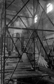 Vista parcial de l'interior de la basílica de Santa Maria, a Castelló d'Empúries, 1942 (ACGAX. Fons Sadurní Brunet Pi. Autor: Sadurní Brunet)