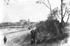 Retrat de grup amb el poble de Sant Mori al fons, 1946 (ACGAX. Fons Sadurní Brunet Pi. Autor: Sadurní Brunet)