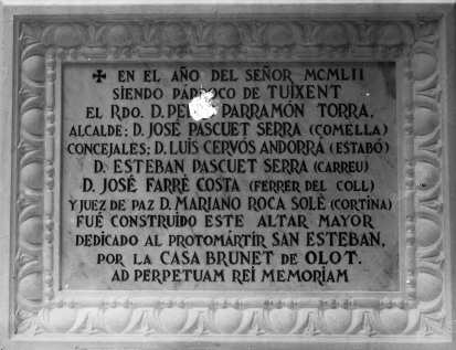 Placa commemorativa de la inauguració de l'altar de Sant Esteve, a l'església de Tuixén, 1952 (ACGAX. Fons Sadurní Brunet Pi. Autor: Sadurní Brunet)