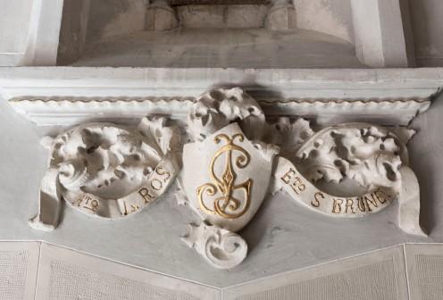 Vista de detall de la decoració de la finestra lateral de l'oratori de Can Gussinyer, a Castellfollit de la Roca, 2018 (ACGAX. Col·lecció d'imatges de l'ACGAX. Autors: Quim Roca i Anna Rius)