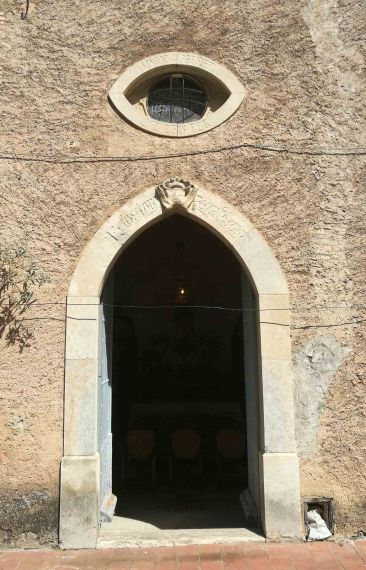 Vista frontal de la porta d'entrada a l'oratori de Can Gussinyer, a Castellfollit de la Roca, 2018 (Foto: David Santaeulària)