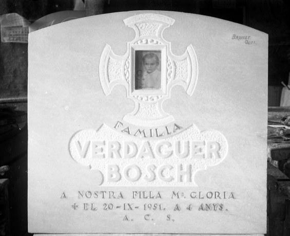 Làpida de la família Verdaguer Bosch, 1951 (ACGAX. Fons Sadurní Brunet Pi. Autor: Sadurní Brunet)
