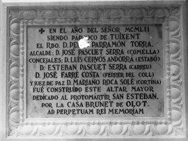 Vista frontal de la placa commemorativa de la construcció de l'altar major de l'església de Sant Esteve de Tuixent, a Josa i Tuixent, 1952 (ACGAX. Fons Sadurní Brunet Pi. Autor: Sadurní Brunet)