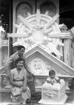Retrat de Jordi Brunet Forasté, Pepita Terrats Sarsanedas i la seva filla Carlota davant d'elements decoratius de l'església de Sant Esteve de Tuixent, 1955 (ACGAX. Fons Sadurní Brunet Pi. Autor: Sadurní Brunet)