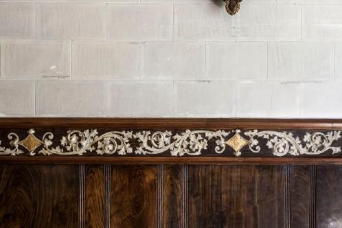 Vista de detall de la decoració de les parets laterals de l'oratori de Can Gussinyer, a Castellfollit de la Roca, 2018 (ACGAX. Col·lecció d'imatges de l'ACGAX. Autors: Quim Roca i Anna Rius)
