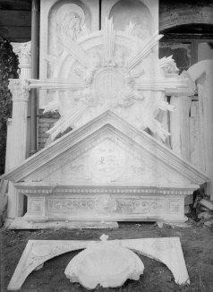 Vista parcial del pati del taller de Sadurní Brunet, a Olot. En primer terme, elements decoratius preparats per a l'altar major de l'església de Sant Esteve de Tuixent, a Josa i Tuixent, c. 1952 (ACGAX. Fons Sadurní Brunet Pi. Autor: Sadurní Brunet)