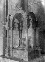 Vista general del baldaquí de l'altar major de l'església de Sant Mamet, a Riumors, 1948 (ACGAX. Fons Sadurní Brunet Pi. Autor: Sadurní Brunet)