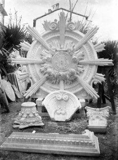 Vista general d'elements decoratius preparats per a l'altar major de l'església de Sant Esteve, a Josa i Tuixén, 1952 (ACGAX. Fons Sadurní Brunet Pi. Autor Sadurní Brunet)