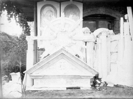 Vista parcial del pati del taller de Sadurní Brunet, a Olot. En primer terme, elements decoratius preparats per a l'altar major de l'església de Sant Esteve de Tuixent, a Josa i Tuixent, 1952 (ACGAX. Fons Sadurní Brunet Pi. Autor: Sadurní Brunet)