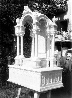 Vista parcial del pati del taller de Sadurní Brunet, a Olot. En primer terme, un baldaquí per a l'altar major de l'església de Sant Esteve de Tuixent, a Josa i Tuixent, 1952 (ACGAX. Fons Sadurní Brunet Pi. Autor: Sadurní Brunet)