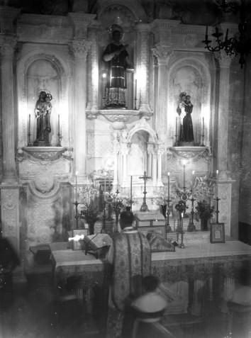 Vista parcial de la cerimònia de consagració de l'altar major de l'església de Sant Esteve, a Josa i Tuixén, 1952 (ACGAX. Fons Sadurní Brunet Pi. Autor: Sadurní Brunet)