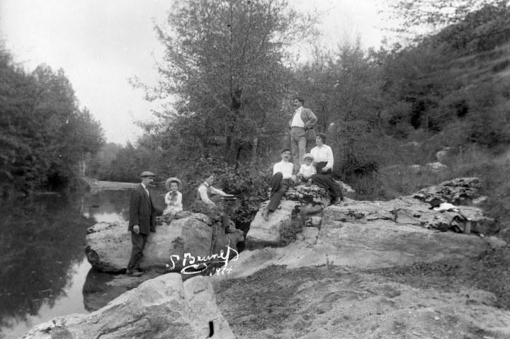 Retrat de grup vora un riu, 1914 (ACGAX. Fons Sadurní Brunet Pi. Autor Sadurní Brunet)