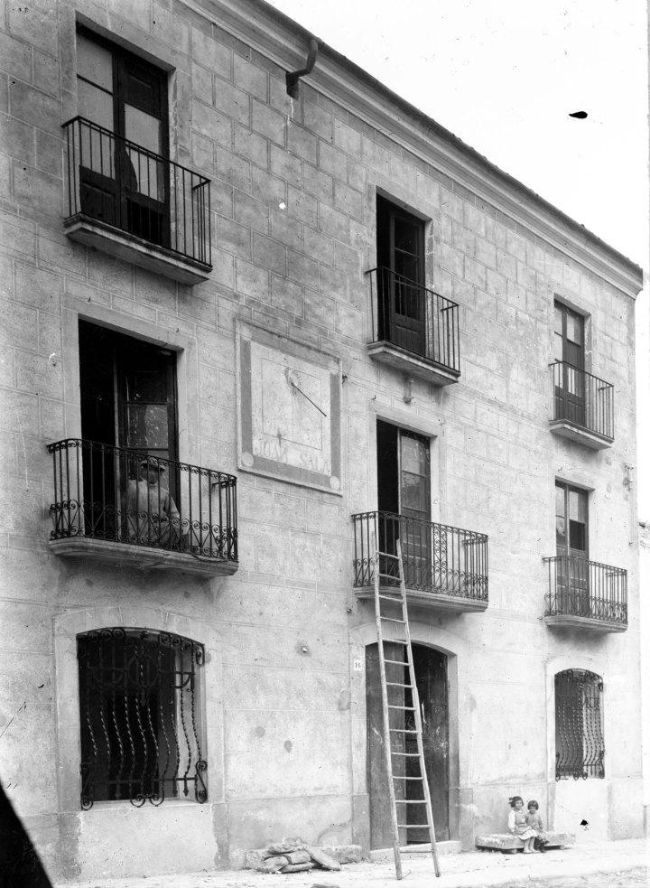 Vista lateral d'una casa en procés de reforma, s.d. (ACGAX. Fons Sadurní Brunet Pi. Autor Sadurní Brunet)