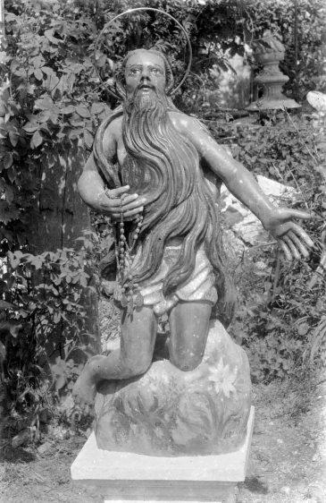 Vista frontal de l'escultura de Sant Onofre, un cop restaurada, 1944 (ACGAX. Fons Sadurní Brunet Pi. Autor Sadurní Brunet)