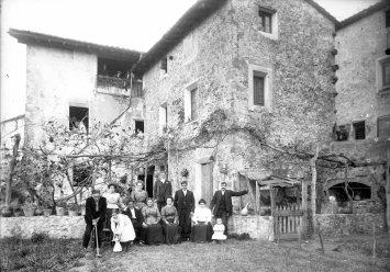 Retrat de grup davant d'una masia, s.d. (ACGAX. Fons Sadurní Brunet Pi. Autor: Sadurní Brunet)