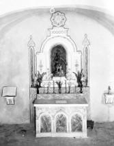 Vista frontal de l'altar de l'ermita de Sant Onofre, a Palau-saverdera, 1944 (ACGAX. Fons Sadurní Brunet Pi. Autor Sadurní Brunet)