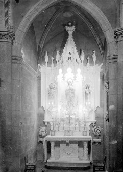 Vista frontal de l'altar de la Puríssima de l'església de Sant Julià i Santa Basilissa, a Verges, 1948 (ACGAX. Fons Sadurní Brunet Pi. Autor: Sadurní Brunet)