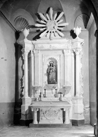 Vista frontal de l'altar del Roser de l'església de Santa Maria de Sales, a la Cellera de Ter, 1947 (ACGAX. Fons Sadurní Brunet Pi. Autor: Sadurní Brunet)