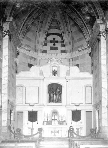 Vista frontal de l'altar major de l'església de Sant Julià i Santa Basilissa, a Verges, 1948 (ACGAX. Fons Sadurní Brunet Pi. Autor: Sadurní Brunet)