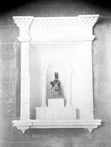 Vista frontal d'una fornícula situada a la paret lateral de la capella de la Puríssima, a Verges, 1948 (ACGAX. Fons Sadurní Brunet Pi. Autor: Sadurní Brunet)