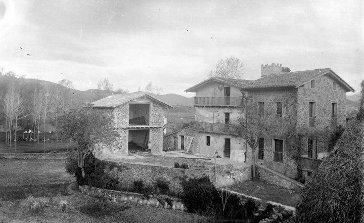 Vista general d'una masia, c.1915 (ACGAX. Fons Sadurni Brunet Pi. Autor: Sadurní Brunet)