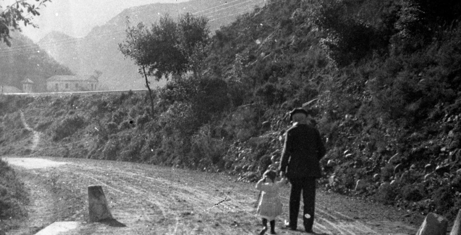 Vista posterior d'un avi i una nena vora el pantà d'el Pasteral, s.d. (ACGAX. Fons Sadurní Brunet Pi. Autor: Sadurní Brunet)